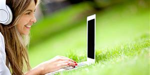 Bild: Junge Frau am Laptop