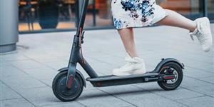 Bild: Junge Frau auf E-Scooter