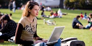 Bild: Junge Frau mit Laptop