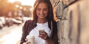 Bild: Junge Frau mit Smartphone