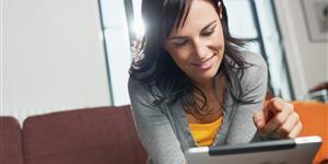 Bild: Junge Frau mit Tablet PC