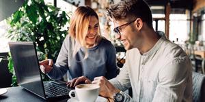 Bild: Junge Frau und Mann am Laptop im Café