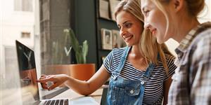 Bild: Junge Frauen am Laptop