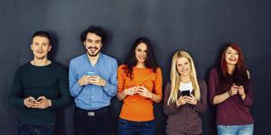 Bild: Junge Leute mit Smartphones