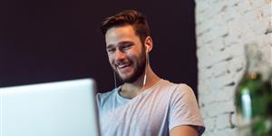 Bild: Junger Mann am Laptop