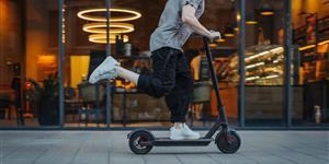 Bild: Junger Mann auf E-Scooter