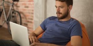 Bild: Junger Mann auf Sitzsack mit Laptop