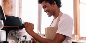 Bild: Junger Mann macht Kaffee