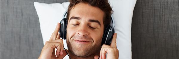 Bild: Junger Mann mit Kopfhörern