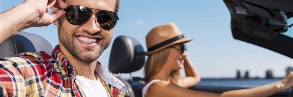 Bild: Junges Paar fährt Cabrio im Urlaub