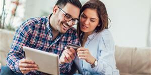 Bild: Junges Paar, Kreditkarte, Shopping, Einkaufen, Internet, Tablet, Sofa, Wohnzimmer