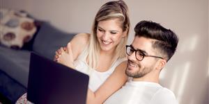 Bild: Junges Paar mir Laptop im Wohnzimmer