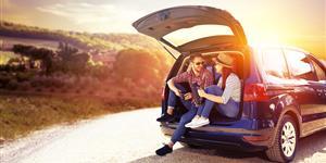 Bild: Junges Paar mit Auto