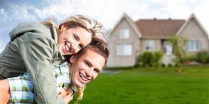 Bild: Junges Paar vorm eigenen Zuhause