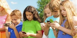 Bild: Kinder mit Smartphones