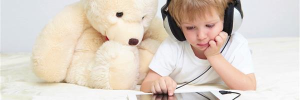Bild: Kleiner Junge mit Tablet