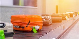 Bild: Koffer auf dem Rollband am Flughafen