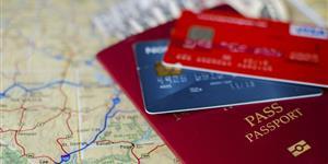Bild: Kreditkarten und Reisepass auf Landkarte