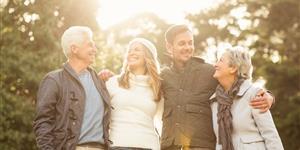 Bild: Lächelnde Familie beim Spaziergang