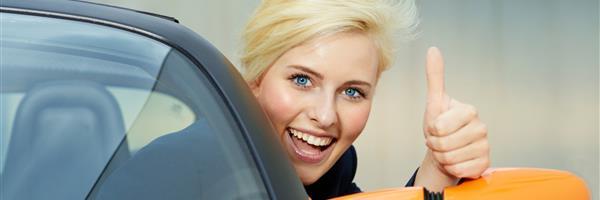 Bild: Lächelnde Frau am Steuer