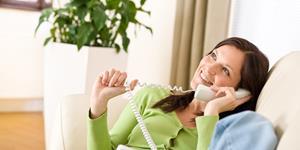 Bild: Lächelnde Frau am Telefon