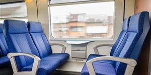 Bild: Leere Sitzgruppe im Großraumabteil der Deutschen Bahn