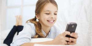Bild: Mädchen mit Smartphone