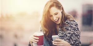 Bild: Mädchen mit Smartphone und Kaffee