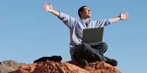 Bild: Mann auf Felsen mit Laptop