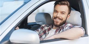 Bild: Mann freut sich übers Autofahren