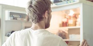 Bild: Mann Kühlschrank Küche