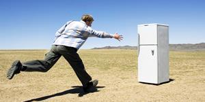 Bild: Mann läuft auf freistehenden Kühlschrank zu