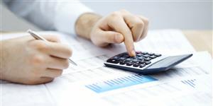 Bild: Mann macht Finanzen mit Taschenrechner