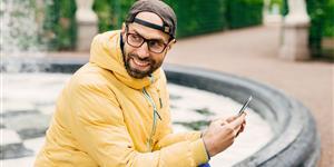 Bild: Mann mit Handy im Freien