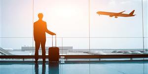 Bild: Mann mit Koffer am Flughafen