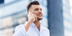 Bild: Mann mit Smartphone in Großstadt