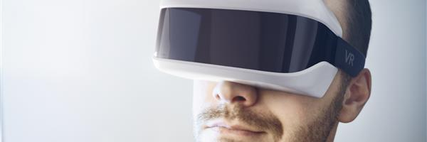 Bild: Mann mit Virtual-Reality-Brille