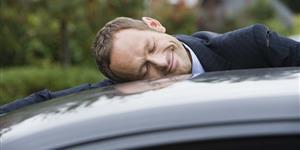 Bild: Mann umarmt sein Auto