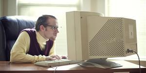 Bild: Mann vor altem Computer