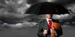 Bild: Mann wird von Regenschirm geschützt