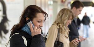 Bild: Menschen mit Handy