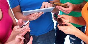 Bild: Menschen mit Samrtphone und Tablet