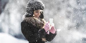 Bild: Mit Smartphone im Schnee