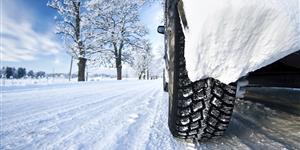 Bild: Mit Winterreifen auf verschneiter Straße