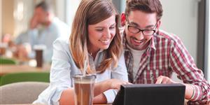 Bild: Mobiles Internet: Tablet und Handy im Cafe