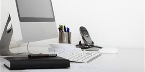 Bild: Moderner Arbeitsplatz mit Computer im Büro