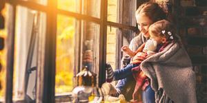 Bild: Mutter mit Kind – winterlich