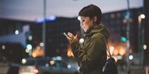 Bild: Nachts mit Smartphone