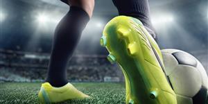 Bild: Nahaufnahme Fußballerbeine im Stadion