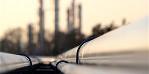 Bild: Öl-Pipeline vor Raffinerie
